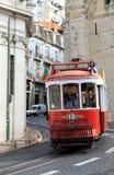Berijdende tram in smalle, curvy straat, Lissabon Royalty-vrije Stock Afbeeldingen