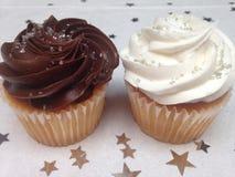 Berijpte bruin en wit cupcakes Royalty-vrije Stock Afbeelding