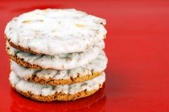 Berijpte koekjes op rood Royalty-vrije Stock Afbeelding