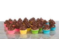 Berijpte veel chocolade cupcakes stock foto