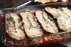 Beringela cozida com tomates e queijo no dishware imagens de stock