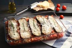 Beringela cozida com tomates e queijo no dishware foto de stock royalty free