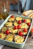 Beringela cozida com tomates e queijo no dishware fotografia de stock