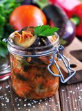 Beringela cozido com cebolas, cenouras, tomates, alho e aipo Foto de Stock