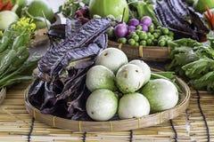 Beringela e feijão voado roxo, vegetais nas cestas de bambu imagens de stock royalty free