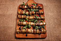 Beringela enchida fritada rústica em uma placa de madeira Imagem de Stock
