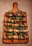 Beringela enchida fritada rústica em uma placa de madeira Fotos de Stock