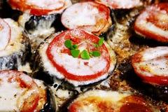 Beringela, mozzarella, tomates e manjericão suportados Foto de Stock