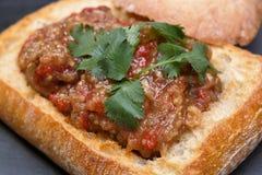 Beringela no pão com salsa fotografia de stock