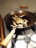 Beringela que está sendo fritada mexendo Imagem de Stock