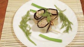 A beringela rola com enchimento do recheio de carne O prato terminado da culinária oriental filme