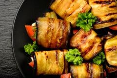 A beringela rola com tomates, alho e aneto Imagens de Stock