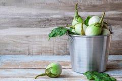 Beringela verde fresca na tabela de madeira fotografia de stock