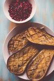 Beringelas cozidas e sementes da romã Foto de Stock