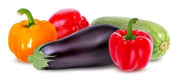 Beringelas do legume fresco, abóbora e pimenta vermelha isoladas no whi Imagem de Stock