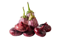 Beringelas e cebola roxa isoladas Foco seletivo Foto de Stock
