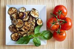 Beringelas grelhadas com manjericão e tomates imagem de stock royalty free