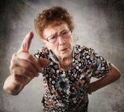 Berispte de oude vrouw stock afbeeldingen