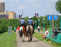 Berittene Polizei patrouillieren Stockbild