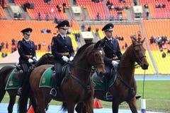 Berittene Polizei patrouillieren am Moskau-Stadion Lizenzfreies Stockbild