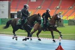 Berittene Polizei patrouillieren am Moskau-Stadion Stockfotografie