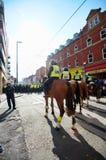 Berittene Polizei sperren ab Stockbild