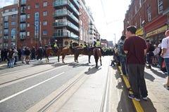 Berittene Polizei sperren die Straßen ab Lizenzfreies Stockfoto