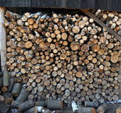 Berk en eiken die hout, brandhout in een stapel, achtergrond wordt samengesteld stock afbeeldingen