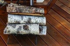 Berkbrandhout voor de open haard op houten vloer royalty-vrije stock foto