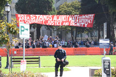Berkeley Protests Against Fascism, racismo, e Donald Trump foto de stock
