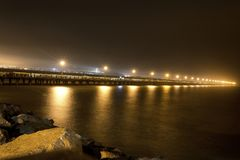 Berkley bro på natten med ljus arkivfoto