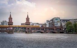 berkshires Dendäck Oberbaum bron som korsar festfloden royaltyfri bild