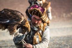 Berkutchi - chasseur kazakh avec l'aigle d'or, tout en chassant aux li?vres en montagne de d?sert de la Mongolie occidentale photos libres de droits