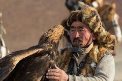 Berkutchi - chasseur kazakh avec l'aigle d'or, tout en chassant aux li?vres en montagne de d?sert de la Mongolie occidentale images libres de droits