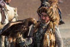 Berkutchi - chasseur kazakh avec l'aigle d'or, tout en chassant aux li?vres en montagne de d?sert de la Mongolie occidentale photographie stock