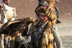 Berkutchi - chasseur kazakh avec l'aigle d'or, tout en chassant aux li?vres en montagne de d?sert de la Mongolie occidentale images stock