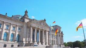 Berlín, Alemania circa julio de 2018: La fachada de Reichstag con las banderas alemanas