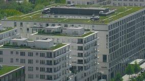 BERLÍN, ALEMANIA - 30 DE ABRIL DE 2018 Césped de la hierba verde en el tejado del hotel de Scandic imagen de archivo libre de regalías