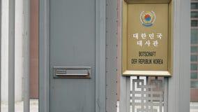 BERLÍN, ALEMANIA - 30 DE ABRIL DE 2018 Entrada a la embajada de la Corea del Sur metrajes