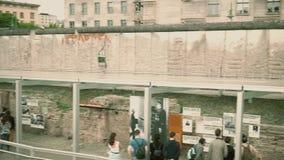 BERLÍN, ALEMANIA - 30 DE ABRIL DE 2018 La topografía de la exposición del museo del terror cerca de Berlin Wall almacen de video