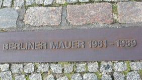 Berlín, Alemania - 17 de agosto de 2017: placa con el texto Berlin Wall Fotos de archivo