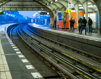 BERLÍN, ALEMANIA - 1 DE DICIEMBRE DE 2016: La estación ocupada de U-Bahn en la oscuridad con los pasajeros que esperan en Alexand fotografía de archivo