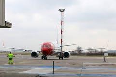 BERLÍN, ALEMANIA - 17 de enero de 2015: Aeroplano de Boeing 737 del noruego que llega la puerta en el aeropuerto SXF de Berlin Sc Imágenes de archivo libres de regalías
