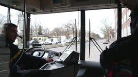 BERLÍN, ALEMANIA - 28 DE ENERO DE 2015: Vista desde adentro de un autobús con los pasajeros que entran en la manera al aeropuerto almacen de metraje de vídeo