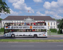 BERLÍN, ALEMANIA - 3 DE JUNIO DE 2016: autobús turístico delante del palacio de Bellevue Fotos de archivo