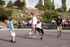 Batalla intensa del baloncesto de la calle Imagen de archivo libre de regalías