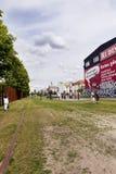 Turistas en el muro de Berlín Bernauer conmemorativo Strasse Imagenes de archivo