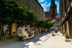 Berlín, Alemania - 25 de mayo de 2015: Calle en Berlín con vistas a la iglesia de San Nicolás Imagen de archivo libre de regalías