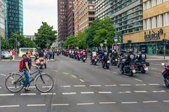 Berlín, Alemania - 28 de mayo de 2016: Desfile de la motocicleta en Berlín contra violance Imagen de archivo libre de regalías