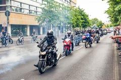 Berlín, Alemania - 28 de mayo de 2016: Desfile de la motocicleta en Berlín contra violance Foto de archivo